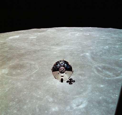 """1969년 5월 22일, 달의 궤도에서 분리된 아폴로 10호 사령선 """"찰리 브라운""""을 달 착륙선 """"스누피""""에서 바라본 모습 - NASA 제공"""