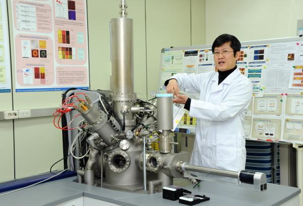 이태걸 나노바이오측정센터 책임연구원 분광장비를 시연해 보이고 있다. - 한국표준과학연구원 제공