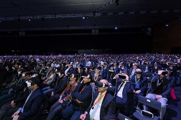 삼성은2016 MWC 갤럭시S7 언팩 행사장에 기어VR을 비치해 참석자들이 직접 체험해볼 수 있도록 했다. - 삼성전자 뉴스룸 제공