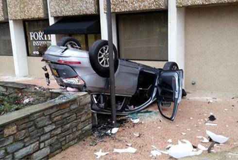 4층에서 뒤집혀 떨어진 차, 운전자 살아