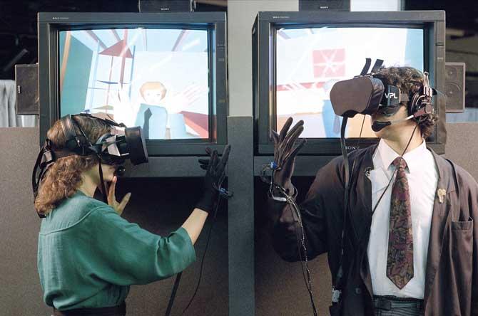 재런 래니어가 개발한 가상현실 안경과 장갑. - flashbak 제공