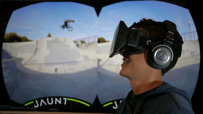 여가용 가상현실(VR) 기술로 자전거 묘기를 관람하는 모습. - 한국과학기술기획평가원(KISTEP) 제공