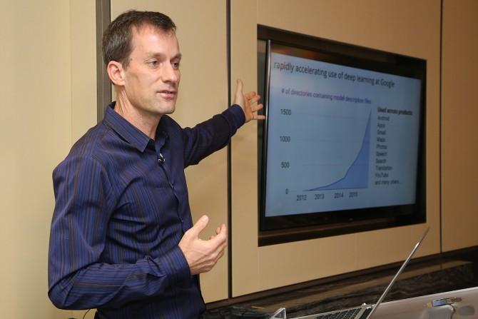 """구글의 딥러닝 연구를 총괄하는 제프 딘은 3월 9일 기자회견에서 """"딥러닝이 적용된 구글 서비스가 급격히 늘어나고 있다""""고 밝혔다. 그가 가리키고 있는 것은 2012년부터 구글의 프로그램 중 딥러닝이 적용된 디렉토리의 숫자다. 불과 4년 사이에 디렉토리가 1600건 이상 늘었으며 e메일, 사진, 지도, 번역, 유투브 등 다양한 분야에서 활용되고 있다. - 구글 제공"""