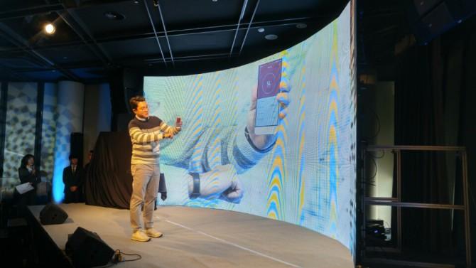 이준석 대표가 샤오미 미밴드를 이용해 심장박동수를 측정하고 있다.  - 오가희 기자 solea@donga.com 제공