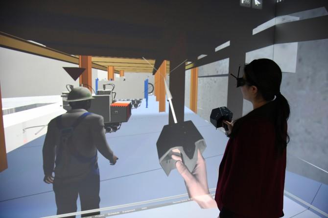 한국건설기술연구원 가상실증실험실에서 1일 동아사이언스 기자가 3차원(3D) 가상현실(VR)용 특수 안경을 쓰고 원전 해체 시뮬레이션을 체험하고 있다. - 한국건설기술연구원 제공