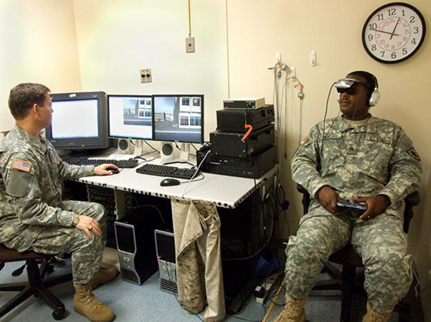 미군이 VR PTSD 프로그램 'Virtual Iraq'를 시연하고 있다. - http://anton.treskunov.net/ 제공