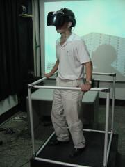 고소공포증 환자가 헤드셋을 착용하고 VR 화면을 응시하고 있다. - 한양대 제공