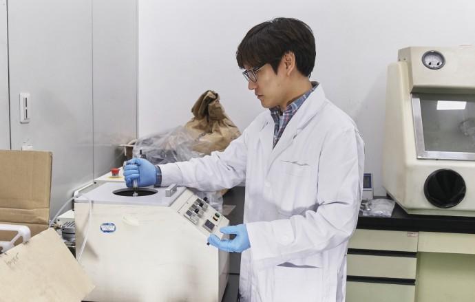 최지혁 연구원이 스핀코팅 기기에 용액 상태의 나노입자를 떨어뜨리고 있다. - 한국지질자원연구원 제공