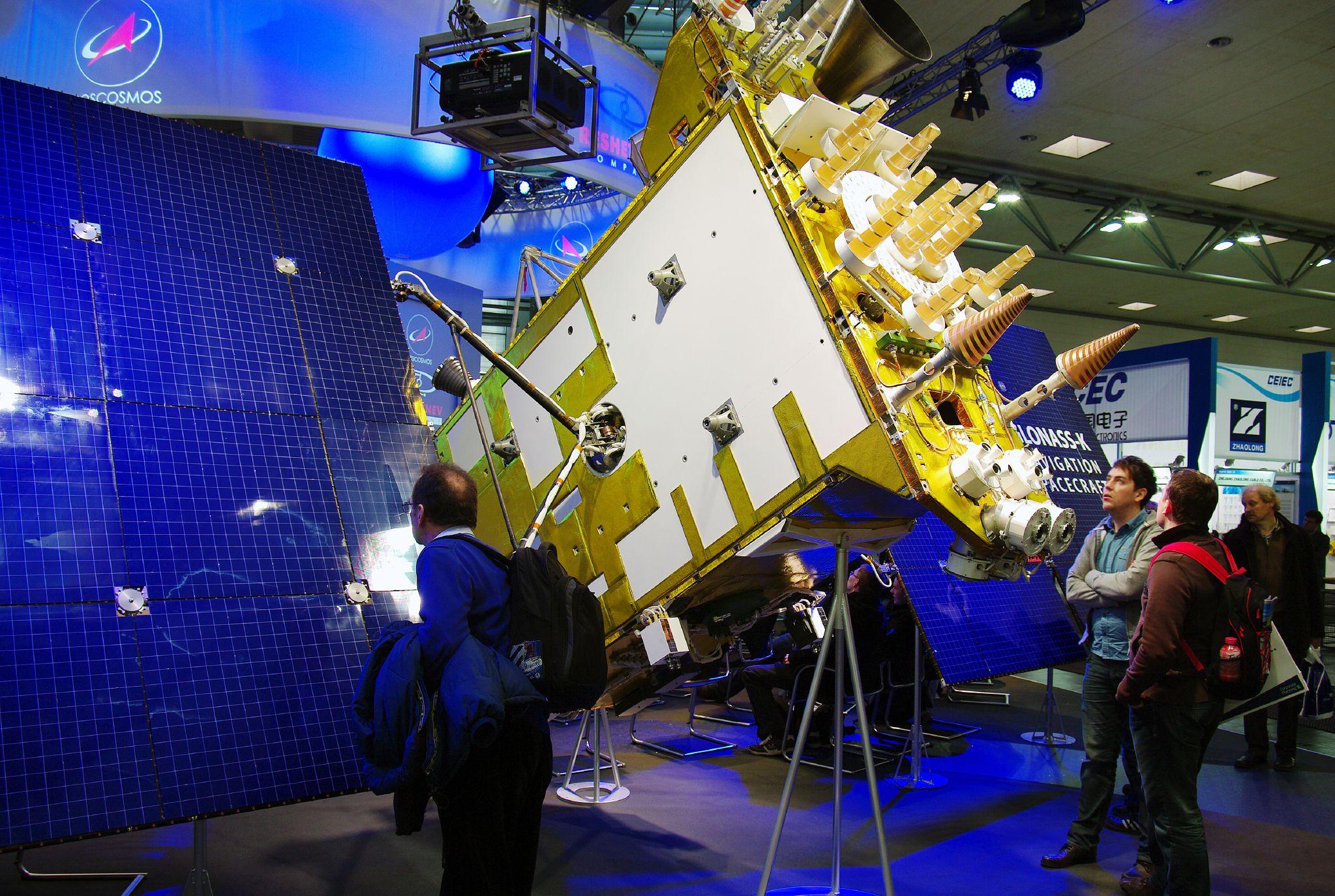 CeBIT 전시회에 소개된 러시아 인공위성 위치확인시스템 '글로나스'용 인공위성의 실제 크기 모형. 사람 키 보다 훨씬 클 정도로 대형이다. 위키미디어 제공.