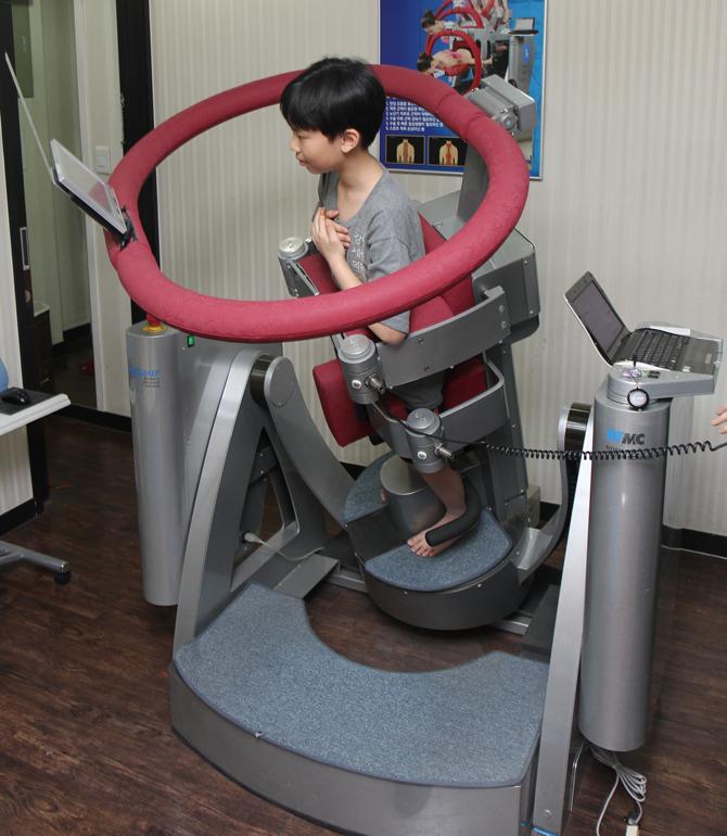 몸을 기울였을 때 근육의 반응을 측정하는 기기로 척추심부근력을 테스트 하고 있다. - 현수랑 기자 hsr@donga.com 제공