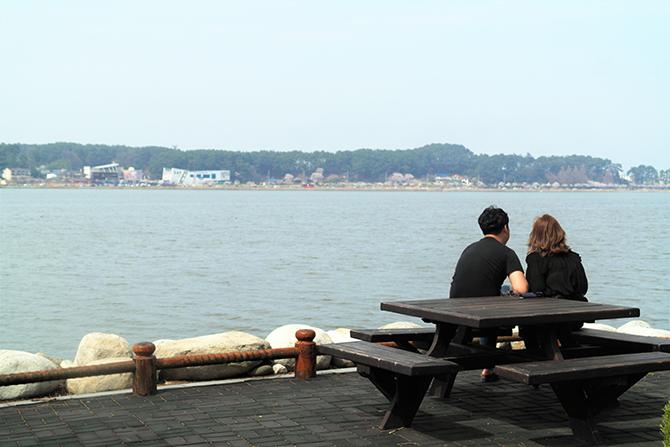 경포호는 곳곳에 앉아서 쉬어갈 수 있는 벤치가 많다. 호수를 함께 바라보며 이야기 나누기 좋다. - 고기은 제공