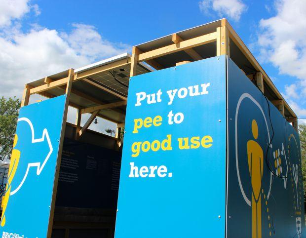 영국 연구진은 오줌 속 유기물을 먹이로 삼는 미생물로 연료전지를 만들어 화장실 조명에 활용했다. - 영국 웨스트잉글랜드대 제공