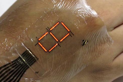 투명 랩만큼 얇다, 손등에 딱 붙는 초박막 전자피부 개발
