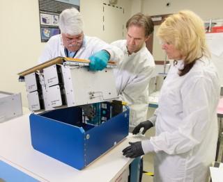 미국항공우주국(NASA) 연구진이 특수 제작된 생쥐 집에 적용되는 '생쥐 연구 하드웨어 시스템'을 점검하고 있다. - NASA 제공