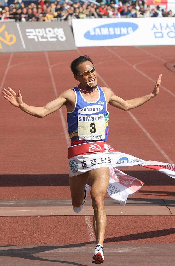 이봉주 선수가 2007년 동아마라톤 대회에서 우승하는 모습. 이봉주 선수는 세계에서도 손꼽히는 마라토너다. - 어린이 과학동아 제공