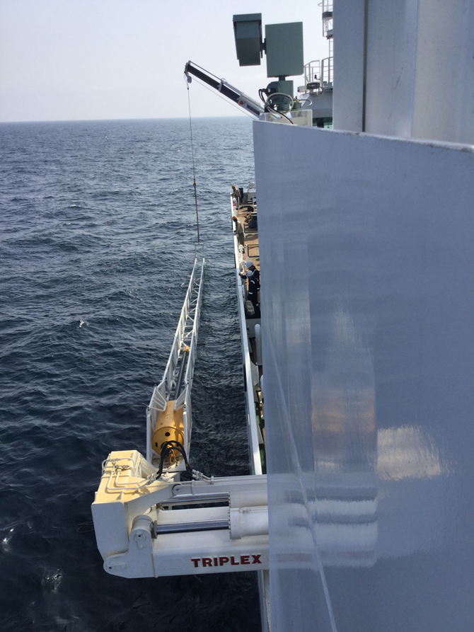 원통형 자이언트 피스톤 코어(검은색 막대)를 바다로 내려보내기 직전의 모습. 지질 시료를 채취하는 장비다. - KIOST 제공