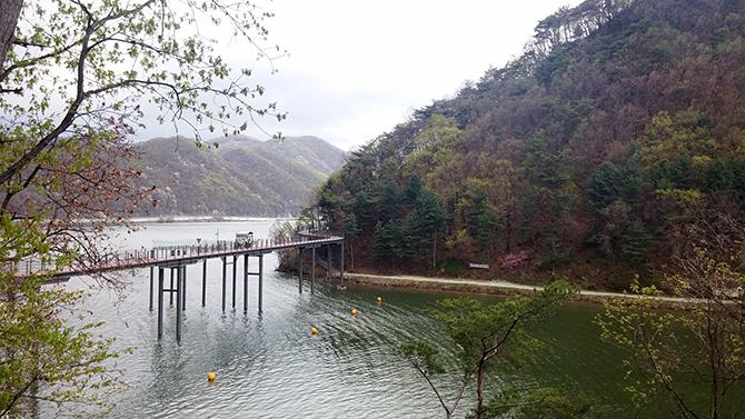 1967년 의암댐이 건설되면서 형성된 의암호. 인공호수지만 자연호수의 운치를 자아낸다. - 고기은 제공