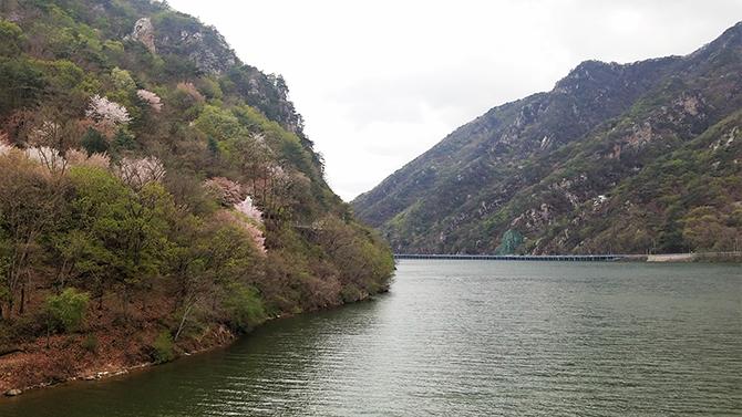 춘천을 호반의 도시로 만들어 준 의암호. 춘천 시내를 둘러싸고 있는 아름다운 호수다. - 고기은 제공