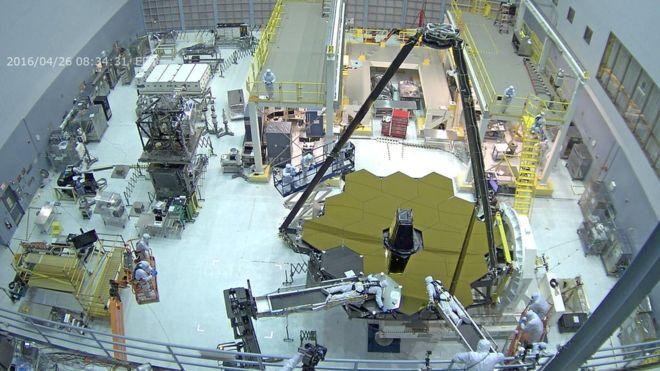 미국항공우주국(NASA) 고다드우주비행센터에서 엔지니어들이 제임스 웹 우주망원경의 구경을 덮고 있던 마지막 가리개를 걷어내고 있다. - NASA 제공