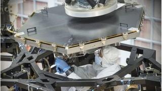 엔지니어가 제임스 웹 우주망원경 주 거울의 단위 거울을 지지대에 조립하는 모습. - NASA 제공