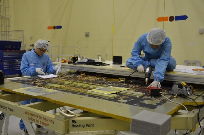 한국항공우연구원 위성연구본부 연구원들이 우주로 올라갈 천리안2호 실제 모델에 들어갈 패널 뒤편에 전선작업을 하고 있다. - 전승민 기자 제공