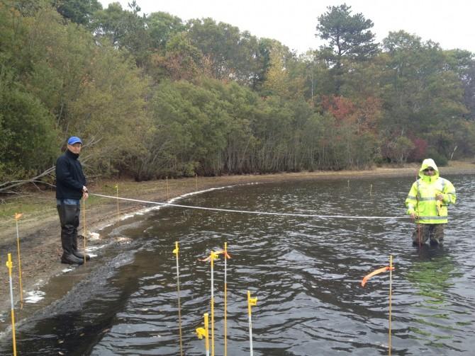 한미 공동 연구진이 질소화합물로 오염된 호수에서 지하수 시료 채취를 하고 있다. - 한국지질자원연구원 제공