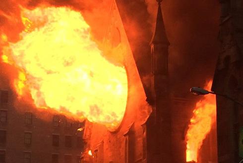 뉴욕 유명 대성당 삼킨 거대한 화마 '포착'