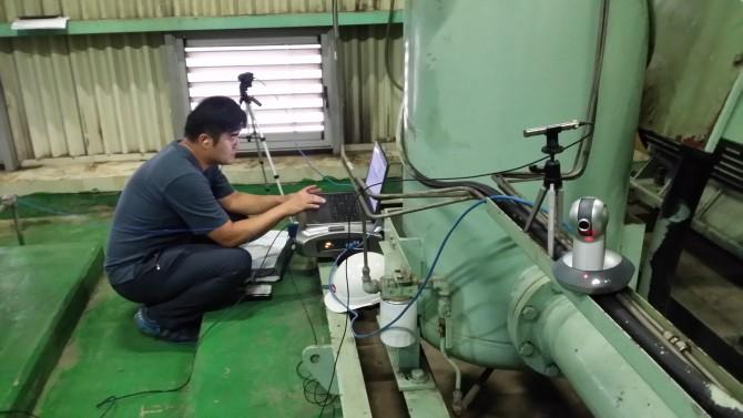 발전소 관계자가 새롭게 개발한 측정장치로 발전소 내 공기압축기의 상태를 계측 및 분석하고 있다. - 한국기계연구원 제공