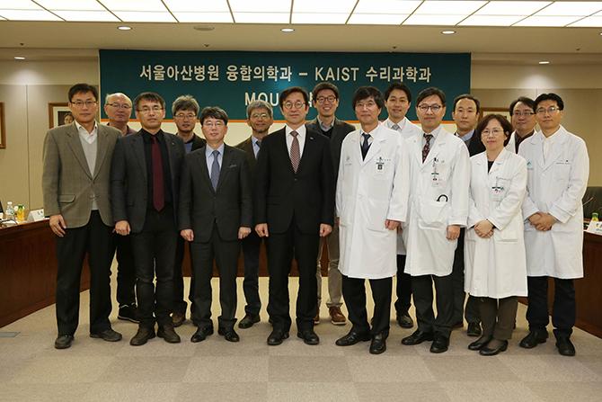 지난 4월 1일 KAIST 수리과학과와 서울아산병원 융합의학과는 의료 분야에 당면한 문제를 수학적으로 해결하기 위해 워크숍을 개최했다. 수학과 교수들은 의료와 관련된 자기 연구를 발표하고, 의사들은 수학이 필요한 분야와 그동안 해오던 수학 연구를 소개했다. - KAIST 제공