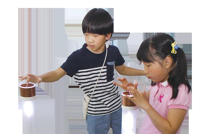 톡톡 건드리면 드럼 소리가 팡팡! - 기자단이 체험한 시소와 빛의 기둥은 한국연구재단 지원하는 과학문화융합콘텐츠연구개발사업의 'UX지향 놀이터형 체험전시콘텐츠 디자인 개발 프로젝트'의 일환으로 만들어졌다. - 정한길 기자 jhg1road@donga.com 제공