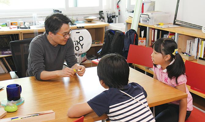 이우훈 교수님과 인터뷰를 하고 있는 기자단 친구들. - 정한길 기자 jhg1road@donga.com 제공