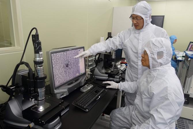 한국원자력연구원 사찰시료분석청정시험시설(CLASS)에서 연구진이 핵 시료를 분석하고 있다. 핵 시료 입자에서 핵분열의 흔적을 찾아 농축이나 재처리를 시행했는지 추적하는 기술(FT-TIMS)은 우리나라를 포함해 세계적으로 5개국만 보유하고 있다. - 한국원자력연구원 제공