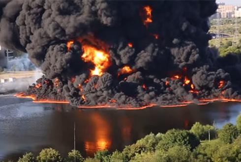 불타오르는 강물, 거대한 화염 치솟아