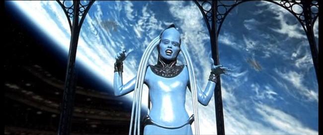화성인이 있다면 이런 모습 아닐까요? '제5원소'에서 시각적으로나 청각적으로 압도적인 장면을 보여준 오페라 디바 플라바라구나. 그녀가 부르는 노래는 도니체티의 오페라 '람메르무어의 루치아' 중 '광란의 아리아'입니다. - 제5원소 제공