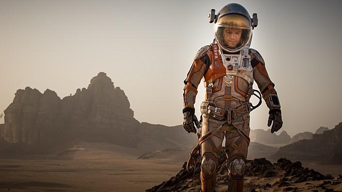 최근에 화성에 대한 영화가 연이어 인기를 끌었습니다. '화성인'이란 제목에도 불구하고 화성인은 단 한번도 안나오는 영화 '마션'의 한 장면. 지구인이 화성인이 되어가는 과정을 그려낸 영화죠. - 마션 제공