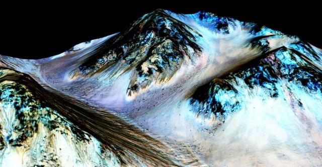 미 항공우주국은 화성에 소금이 포함된 액체 상태로 흐르는 개천이 있다고 발표했습니다. 화성인의 존재 가능성이 더욱 커졌죠. - NASA 제공