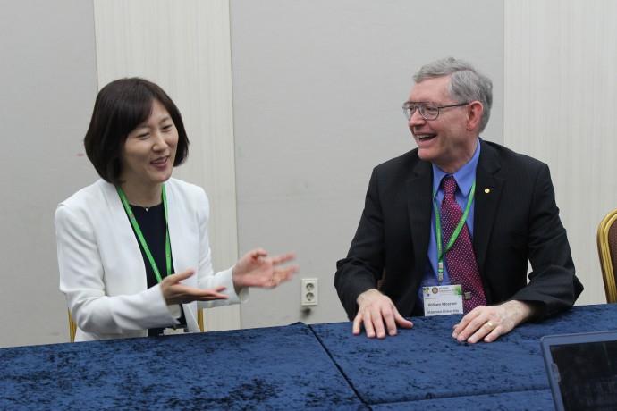 18일 열린 '생화학분자생물학회 국제컨퍼런스'에서 만난 김소연 한국과학기술연구원(KIST) 선임연구원(왼쪽)과 2014년 노벨화학상 수상자인 윌리엄 머너 미국 스탠퍼드대 교수. 김 연구원은 2001년부터 머너 교수와 사제의 인연을 이어오고 있다. - 생화학분자생물학회 제공