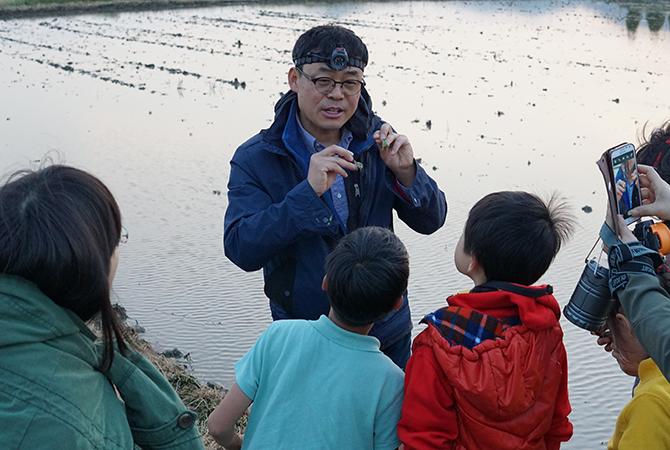 장이권 교수님이 개구리의 암수 구별법을 설명하고 있다. - 어린이과학동아, 김원섭, 오가희 제공
