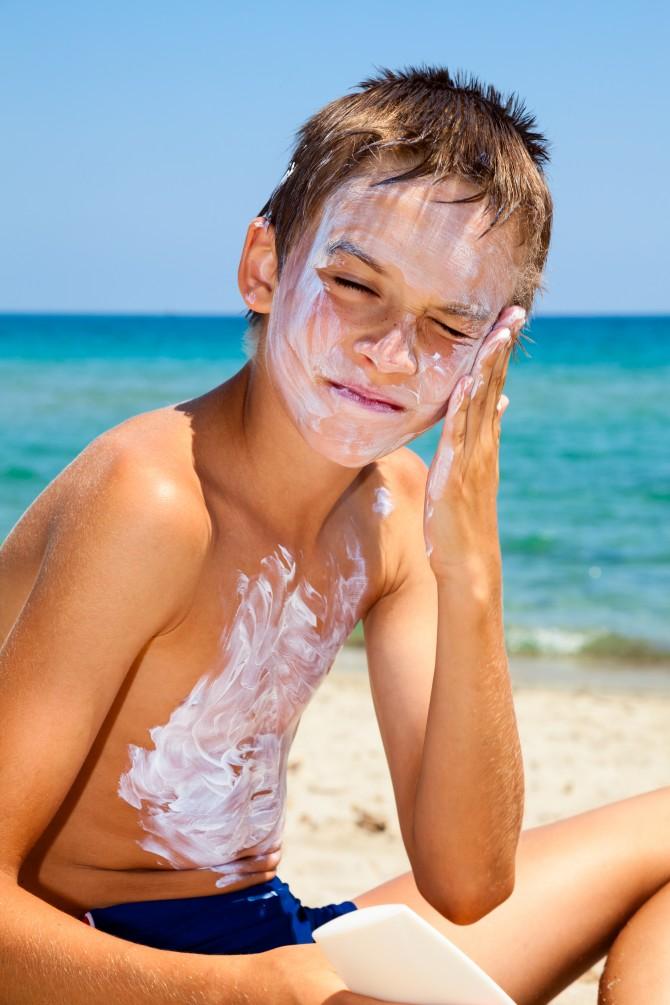 어린이는 피부가 약하지만, 야외활동을 많이 하기 때문에 선크림을 꼭 발라주세요. - 클립아트코리아 제공