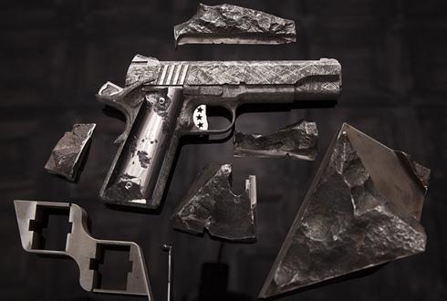 50억짜리 권총, 권총의 재료가 '운석'