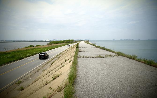 제방에 오르면 호수, 바다, 방조제 도로, 이 모두를 한눈에 볼 수 있다. - 고기은 제공