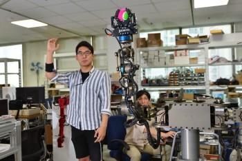한국과학기술연구원(KIST) 연구진이 근전도 신호로 로봇의 팔을 움직이고 있다. - 한국과학기술연구원(KIST) 제공