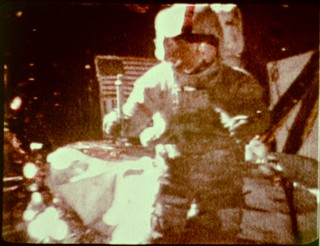 1971년 아폴로 15호를 타고 달에 착륙한 미국항공우주국(NASA)의 우주비행사 데이브 스콧이 망치와 깃털을 동시에 떨어 뜨리는 자유낙하 실험을 하고 있다. - NASA 제공