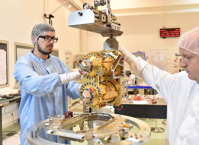 프랑스국립우주연구센터(CNES) 연구진이 발사 전 마이크로스코프 위성에 탑재할 중력가속도계를 테스트하고 있다. - 프랑스국립우주연구센터 제공 제공