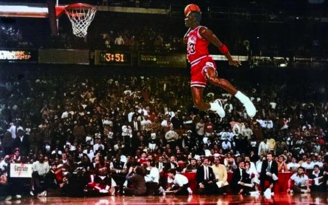 전설적인 농구 선수 마이클 조던의 덩크 장면. 과연 스테판 커리는 마이클 조던을 뛰어넘는 선수가 될 수 있을까? - Basket Streaming(f) 제공