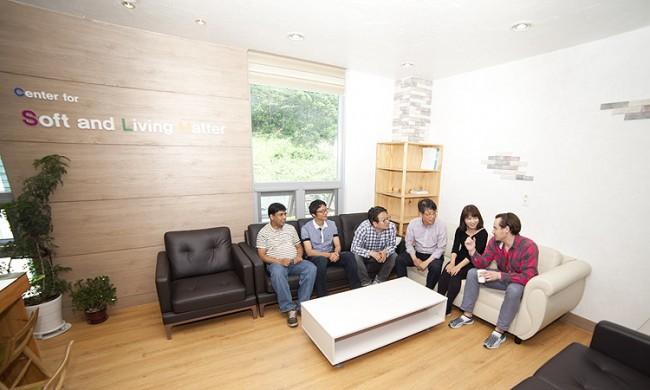 박 부연구단장은 직접 디자인한 휴게실에서 연구원들과 자연스럽게 소통하는 것을 즐긴다. - IBS 제공