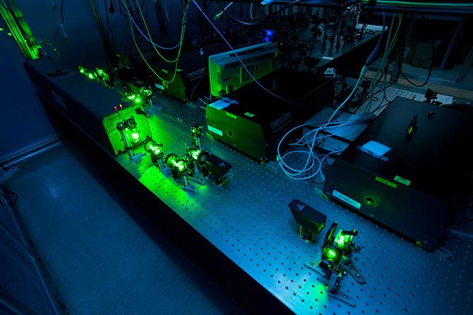 온라인동위원소분리장치(ISOL)의 핵심장비인 레이저 이온원(Laser Ion Source). 표적 원자에 양성자 빔을 충돌시켜 다양한 종류의 동위원소를 발생시킨 뒤 레이저광을 이용해 특정 원소만 선택적으로 이온화시킨 고순도의 중이온 빔을 인출한다. - 남윤중 제공
