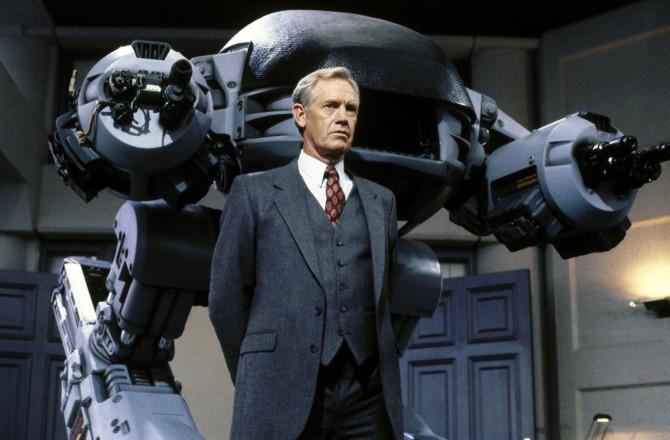 로보캅에서 Omni Corp이 만든 치안용 2족 보행 로봇 ED-209 - 소니픽쳐스 릴리징 월트디즈니 스튜디오스 코리아(주)  제공