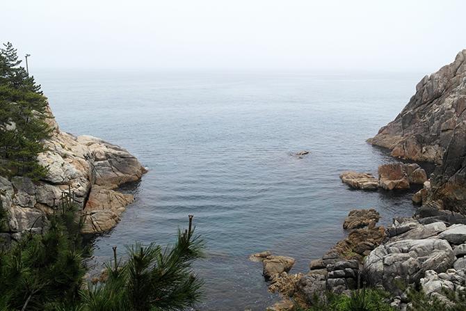 하조대는 기암괴석과 바위섬들로 이루어져 있는 암석해안이다. - 고기은 제공