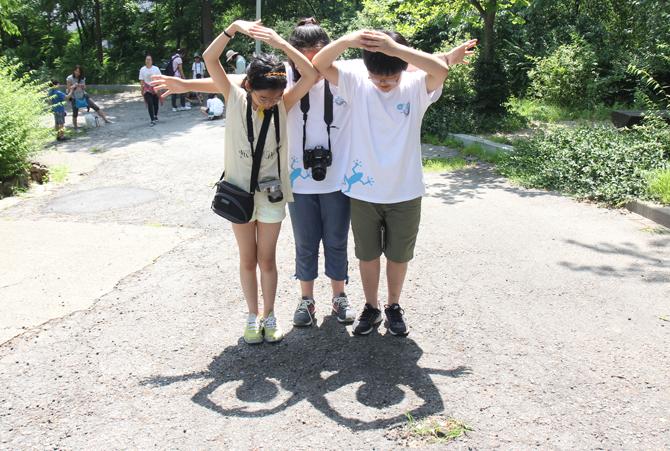 자연체험미술에서 세 어린이가 함께 그림자를 이용해 만든 작품, '개구리'. - 김정 기자 ddanceleo@donga.com 제공